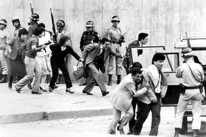 Un testimonio entregado esta semana en un juzgado de Bogotá da cuenta de que habría otra persona desaparecida tras la retoma del Palacio de Justicia. (Colprensa - Archivo)