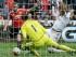 Juan Mata (izquierda) del Manchester United, se prepara para marcar el gol de su equipo en el partido que perdieron contra el Swansea el domingo 30 de agosto de 2015.  (Foto AP/Matt Dunham)