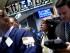 Varios agentes de cambio y bolsa trabajan en el parqué de Nueva York, Estados Unidos, hoy 24 de agosto de 2015. Wall Street se desplomó hoy en la apertura de la jornada y, en los primeros minutos de contrataciones, el Dow Jones llegó a perder más de 1.000 puntos, aunque media hora después se moderaban las caídas en sus tres indicadores. EFE/Justin Lane
