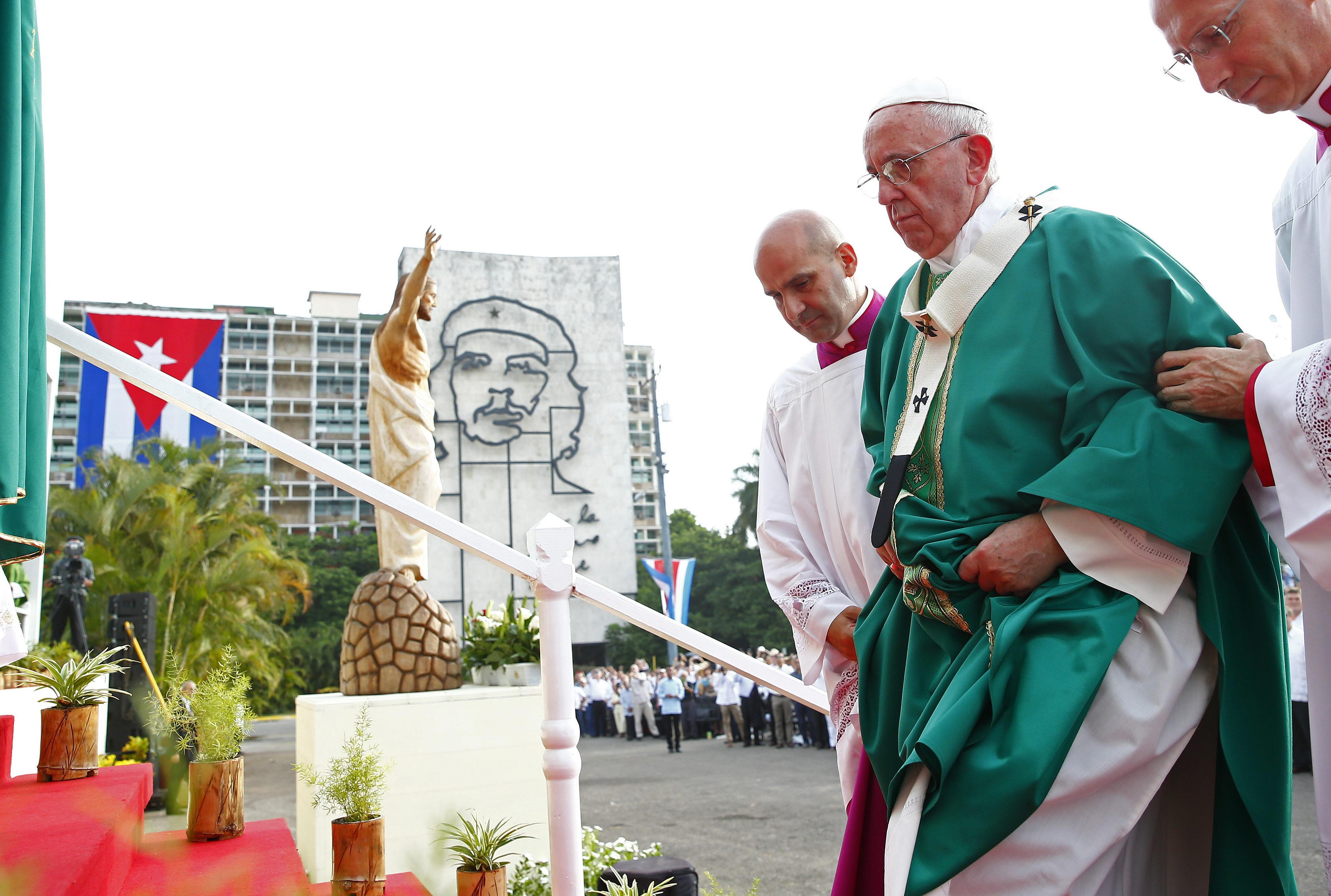 LA HABANA (CUBA), 20/09/2015.- El papa Francisco sube al altar para oficiar la misa en la Plaza de la Revolución de La Habana (Cuba), hoy, domingo 20 de septiembre de 2015, ante miles de cubanos y fieles. EFE/Tony Gentile/POOL