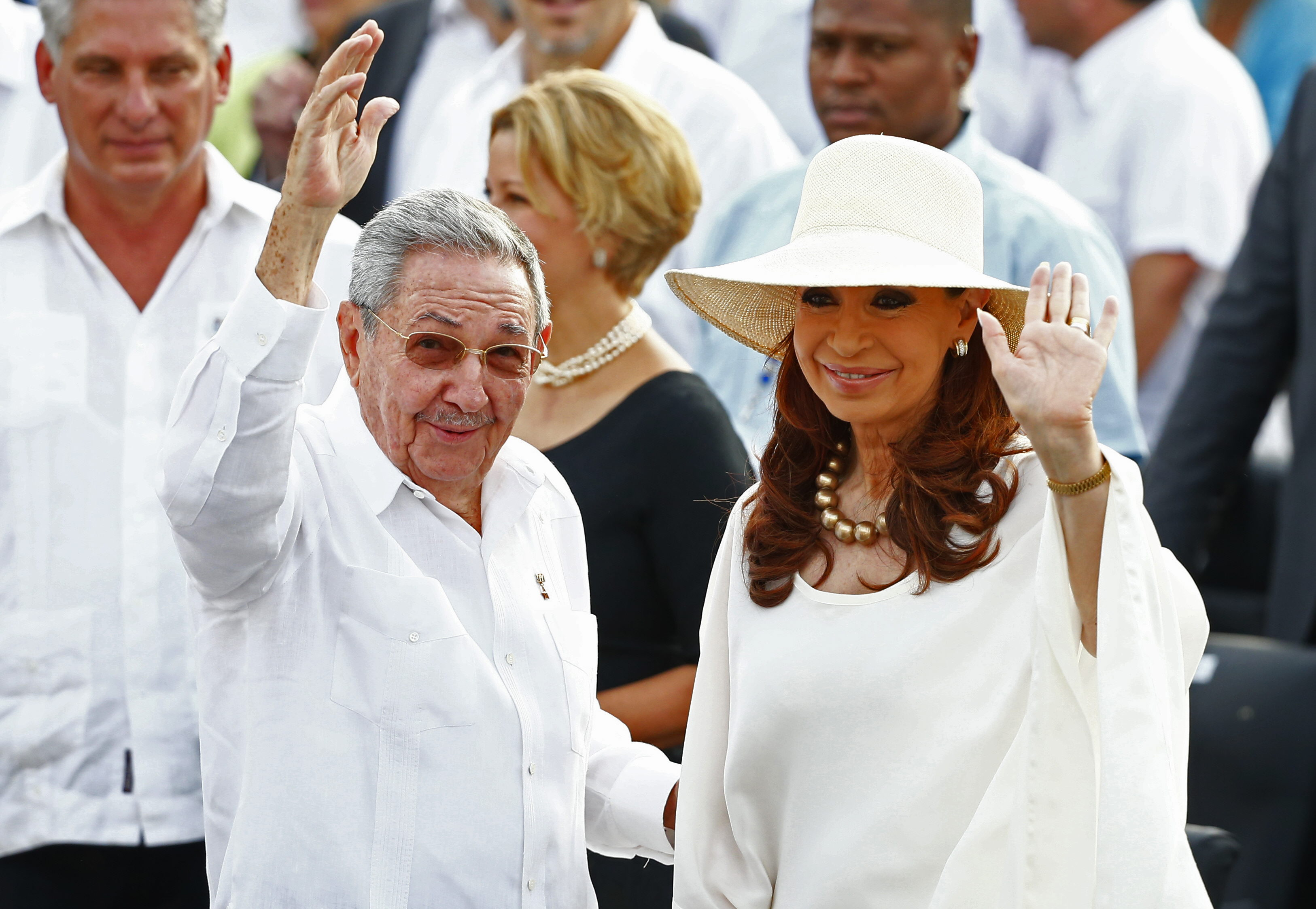 LA HABANA (CUBA), 20/09/2015.- El presidente de Cuba, Raúl Castro (i), y la mandataria de Argentina, Cristina Fernández (d), asisten a la multitudinaria misa ofrecida por el papa Francisco, en la Plaza de la Revolución de La Habana (Cuba), hoy, domingo 20 de septiembre de 2015, ante miles de cubanos y fieles. EFE/Tony Gentile/POOL