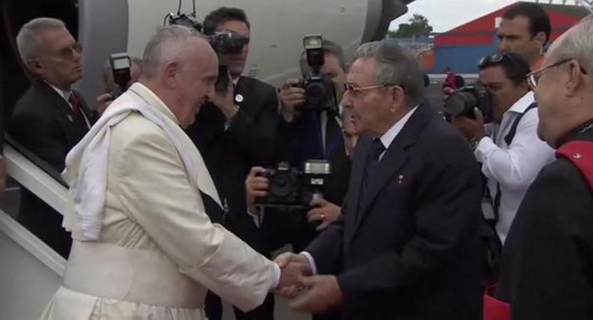 El presidente de Cuba, Raúl Castro, recibe al Papa Francisco. Foto de @INFOnews