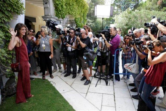 Elisa Sednaoui, izquierda, posa para retratos al llegar al Lido de Venecia, Italia, el martes 1 de septiembre de 2015. Sednaoui será la anfitriona de la 72a edición del Festival de Cine de Venecia del 2 al 12 de septiembre. (Foto AP/Andrew Medichini)