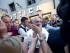 El papa Francisco sale de una óptica en la Via del Babuino, Roma, el 3 de septiembre del 2015, donde fue en busca de gafas nuevas. (AP Foto/Alessandra Tarantino)