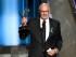"""Jeffrey Tambor recibe el premio a la mejor actor una comedia por """"Transparent"""" en la  67ª entrega de los Emmy el domingo 20 de septiembre de 2015 en el Teatro Microsoft en Los Angeles. (Foto Chris Pizzello/Invision/AP)"""