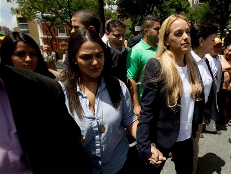 Lilian Tintori, a la derecha, esposa del encarcelado dirigente opositor Leopoldo López, estrecha su mano con una simpatizante a su llegada a un tribunal en el que es enjuiciado su esposo en Caracas, Venezuela, el viernes 4 de spetiembre de 2015. El proceso contra el opositor ha llegado a su etapa final. (AP Foto/Fernando Llano)