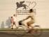 Personas pasando frente al logotipo de la 72a Edición del Festival de Cine de Venecia el lunes 31 de agosto de 2015. El festival de cine más antiguo dl mundo celebrará su 72ª edición del 2 al 12 de septiembre. (Foto AP/Andrew Medichini)