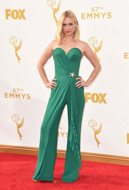 January Jones, Betty Draper en Mad Men, optó por un mono verde de Ulyana Sergeenko.