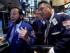 El especialista Michael Pistillo, a la izquierda, trabaja con los operadores Gregory Rowe, al centro, y William McInerney en la Bolsa de Valores de Nueva York. (Foto AP/Richard Drew)