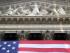 Una bandera de Estados Unidos pende afuera de la sede de la Bolsa de Nueva York. (Foto AP/Mark Lennihan)