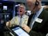 Dos corredores trabajan en la bolsa de valores de Nueva York. (Foto AP/Richard Drew)