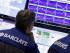 Corredores de bolsa en sus puestos de trabajo del mercado de valores de Nueva York. (Foto AP/Richard Drew)
