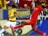 El colombiano James Rodriguez (10) intenta pasar el balón ante la marca del peruano Carlos Ascues (22) en un partido amistoso disputado en Harrison Nueva Jersey, el martes 8 de septiembre de 2015. (AP Foto/Rich Schultz)