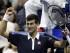El tenista serbio Novak Djokovic celebra su victoria ante el español Feliciano López tras el partido que enfrentó a ambos en el Abierto de Estados Unidos en Flushing Meadows (Estados Unidos) ayer, 8 de septiembre de 2015. El serbio Novak Djokovic, número uno del mundo, cumplió con los pronósticos y pasó a las semifinales del Abierto de Estados Unidos. EFE/Jason Szenes.