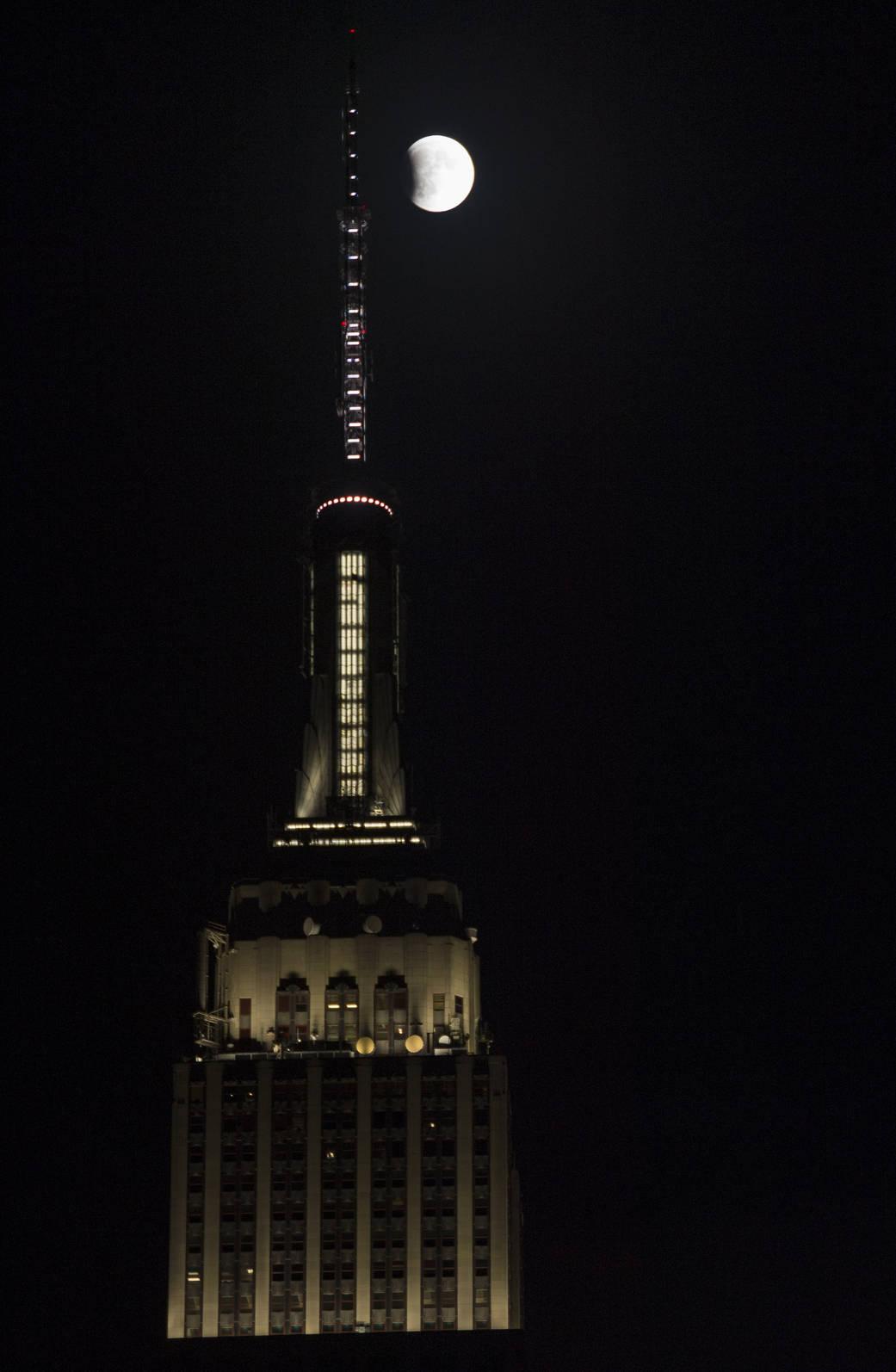 El comienzo del eclipse total de luna del 27 de septiembre de 2015, en Nueva York, junto al Empire State Building (NASA/Joel Kowsky)