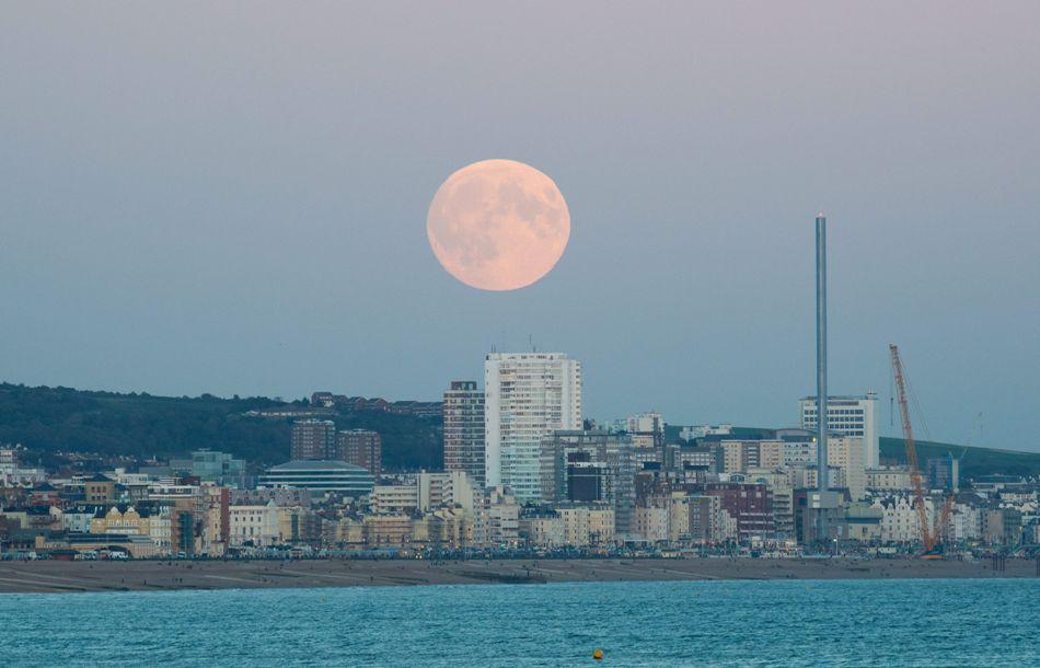 Superluna, en Brighton, en el Reino Unido, a las 17h00 del 27 de septiembre de 2015. EFE//FACUNDO ARRIZABALAGA