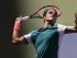 El suizo Roger Federer saca contra Philipp Kohlschreiber en un partido por la tercera ronda del US Open el sábado, 5 de septiembre de 2015, en Nueva York. (AP Photo/Charles Krupa).