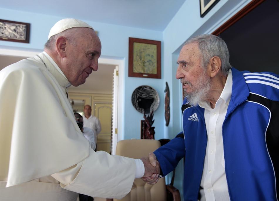 El papa Francisco y el líder cubano Fidel Castro se saludan con un apretón de manos durante un encuentro en la capital cubana. El Vaticano dijo quefue una reunión informal de unos 40 minutos entre el pontífice, Castro y su familia. (AP Photo/Alex Castro)