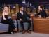 """En esta imagen, publicada por la televisora estaounidense NBC, la actriz Elle Fanning (izquierda) sonríe mientras el conductor Jimmy Fallon (derecha) habla con Anthony Sadler durante la grabación del programa """"The Tonight Show Starring Jimmy Fallon"""", el 1 de septiembre de 2015, en Nueva York. (Douglas Gorenstein/NBC via AP)"""
