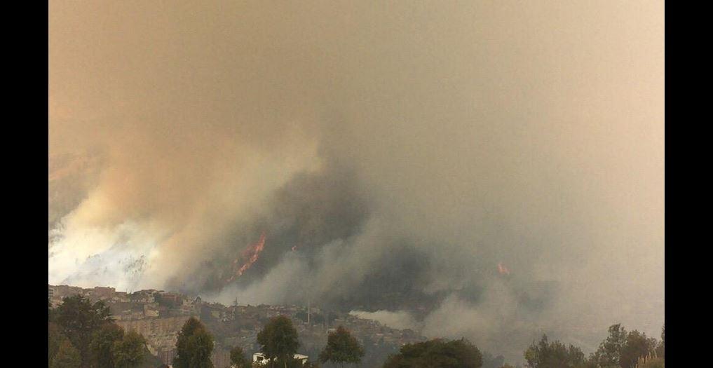 Incendio de Guápulo, en foto tuiteada por las Fuerzas Armadas, la tarde del 15 de septiembre de 2015.