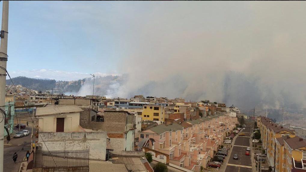 Foto del incendio de Quito, tuiteada por @anamapep, a las 14h00 del 15 de septiembre de 2015.
