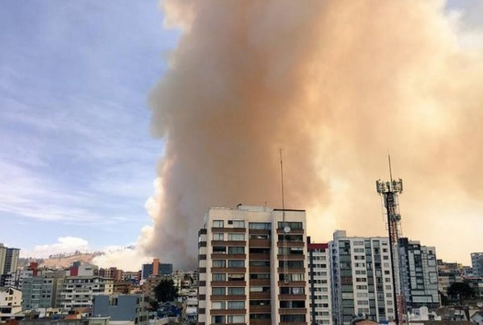 Nube de humo cubre el cielo de Quito. Foto: Bomberos de Quito