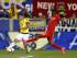 El jugador de Colombia, James Rodríguez, intenta un pase en un partido amistoso contra Perú el martes, 8 de septiembre de 2015, en Harrison, Nueva Jersey. (AP Photo/Rich Schultz).