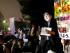 Un manifestante lleva una máscara del primer ministro japonés Shinzo Abe durante una protesta contra el gobierno japonés frente al parlamento en Tokio, el viernes 18 de septiembre de 2015. (AP Foto/Shuji Kajiyama)
