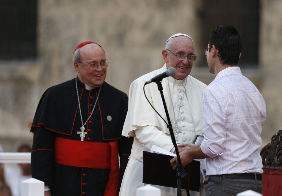 El papa Francisco (c), acompañado del cardenal Jaime Ortega (i), arzobispo de La Habana, saluda al joven Leonardo Fernández (d), de 21 años, quien pronunció un discurso durante un encuentro con jóvenes hoy, domingo 20 de septiembre de 2015, en el Centro Cultural Padre Félix Varela, en La Habana (Cuba). EFE/Orlando Barría