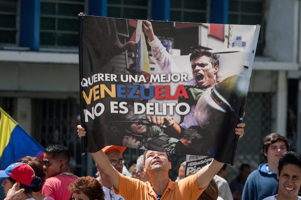 Un hombre sostiene un afiche del líder opositor venezolano Leopoldo López el viernes 4 de septiembre de 2015, afuera del Palacio de Justicia en Caracas (Venezuela). EFE/ MIGUEL GUTIÉRREZ