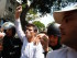 En esta fotografía de archivo del 18 de febrero de 2014, el líder opositor venezolano Leopoldo López es escoltado por guardias nacionales bolivarianos después de entregarse a las autoridades en Caracas, Venezuela. (AP Foto/Alejandro Cegarra, Archivo)
