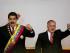 El presidente de Venezuela, Nicolás Maduro, a la izquierda, y el presidente de la Asamblea Nacional, Diosdado Cabello, agitan sus puños durante una sesión en el recinto legislativo en Caracas, Venezuela, el lunes 6 de julio de 2015. (AP Foto/Ariana Cubillos)