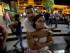 Seguidores del encarcelado líder opositor Leopoldo López esperan ansiosos la sentencia en su contra en Caracas, Venezuela,el jueves 10 de septiembre de 2015. López fue encontrado culpable de incitar a la violencia en manifestaciones callejeras en 2014 y fue sentenciado a casi 14 años de prisión. (Foto AP/Fernando Llano)