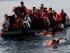 Un grupo de refugiados sirios llega en una balsa neumática desde Turquía a la isla griega de Lesbos. el 9 de septiembre de 2015. (Foto AP/Petros Giannakouris)