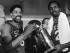 En fotografía del 31 de mayo de 1983 se ve a los jugadores de los 76ers de Filadelfia Julius Erving (izquierda) y Moses Malone sosteniendo el trofeo de campeones de la NBA tras vencer a los Lakers de Los Ángeles. Malone mutió el domingo 13 de septiembre de 2015 informó el club. (Foto AP/archivo)