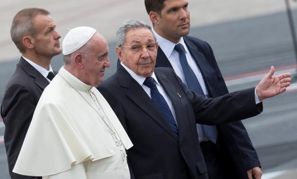 Presidente cubano Raúl Castro escolta al papa Francisco a su arribo al aeropuerto de La Habana, Cuba, sábado 19 de septiembre de 2015. En su discurso, Francisco exhortó a Cuba y Estados Unidos a avanzar en su proceso de reconciliación, que él ayudó a iniciar. (AP Foto/Ramon Espinosa)