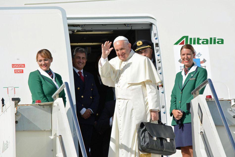El papa arriba un avión de Alitalia en el aeroopuerto Internacional de Fuimicino, en Roma, para viajar hacia Cuba, el 19 de septiembre de 2015. EFE/EPA/TELENEWS