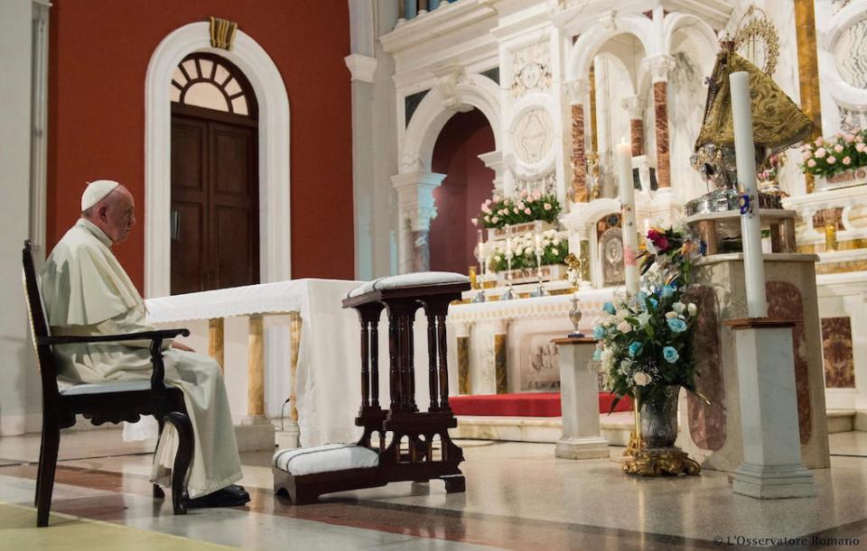 Fotografía facilitada por el Osservatore Romano el 22 de septiembre, que muestra al papa Francisco en el Santuario de la Virgen de la Caridad en el Cobre, cerca de Santiago de Cuba ayer, 21 de septiembre de 2015. EFE/L'osservatore Romano