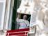 El papa Francisco saluda a los fieles desde la ventana de su estudio que da hacia la Plaza de San Pedro, en el Vaticano, el domingo 6 de septiembre de 2015. (Foto AP/Riccardo De Luca)