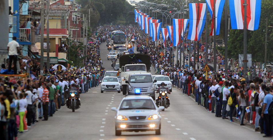 Vista de la comitiva durante el recorrido del papa Francisco hoy, sábado 19 de septiembre de 2015, en La Habana, Cuba, durante el inicio de una visita apostólica de 4 días, en un viaje que también le llevará a Estados Unidos, los dos países que contaron con su apoyo para lograr restablecer sus relaciones diplomáticas. EFE/Alejandro Bolívar
