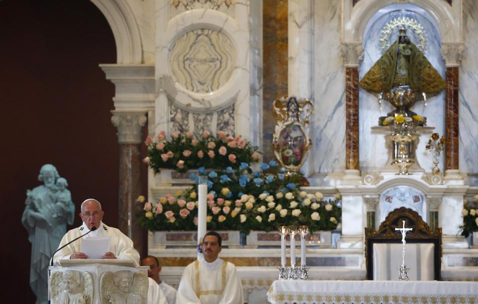 """El papa Francisco celebra una misa en el santuario de la Virgen de la Caridad del Cobre en Cuba, el martes 22 de septiembre de 2015. Francisco pidió a los cubanos redescubrir su herencia católica y vivir una """"revolución de la ternura """". (Tony Gentile/Pool via AP)"""