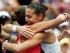 La italiana Flavia Pennetta, derecha, abraza a su compatriota Roberta Vinci tras vencerla en la final del US Open el sábado, 12 de septiembre de 2015, en Nueva York. (AP Photo/Julio Cortez)