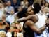 Serena Williams (izquierda) abraza a su hermana Venus Williams tras ganar su partido de cuartos de finales en el Abierto de Estados Unidos, el martes 8 de septiembre de 2015. (AP Foto/Julio Cortez)