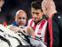 El jugador del Manchester United Luke Shaw (en camilla) es observado por Héctor Moreno (d) del PSV Eindhoven el martes 15 de septiembre de 2015, durante un juego de la Liga de Campeones que se disputa en Eindhoven, Holanda. EFE/RONALD BONESTROO.