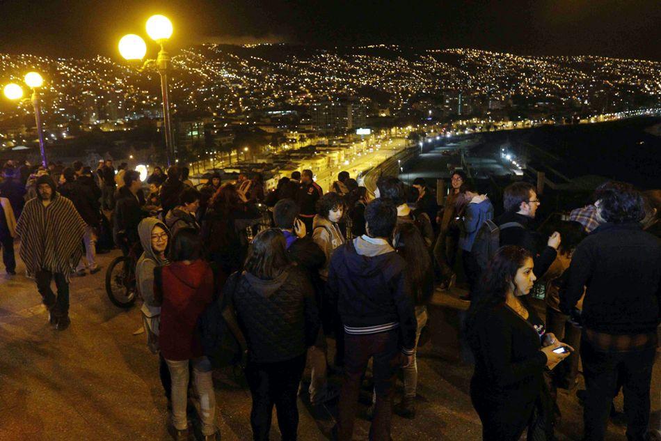 16/09/2015. Un grupo de personas se concentra en el mirador Barón en la ciudad costera de Valparaiso, hoy 16 de septiembre de 2015, tras la alerta de tsunami decretado por las autoridades tras el terremoto de 7,9 en la escala de Richter que hoy afecto a la zona central de Chile. EFE/Raul Zamora