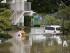 Una persona limpia sus casa inundada en Koshih¡gaya, en el barrio de Saitama en Tokio, el 10 de septiembre de 2015. El tifón Etau causó lluvias récord, graves inundaciones y la evacuación de casi 100.000 personas en el centro y el este de Japón, donde el fenómeno meteorológico también ha dejado al menos un desaparecido y decenas de heridos.EFE/FRANCK ROBICHON