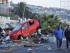 Dos hombres caminan el jueves 17 de septiembre de 2015, frente a un vehículo arrastrado por el tsunami posterior al terremoto 8,4 en la escala de Richter que sufrió Chile el 16 de septiembre, en la localidad costera de Coquimbo (Chile). EFE/Alejandro Pizarro/AtonChile