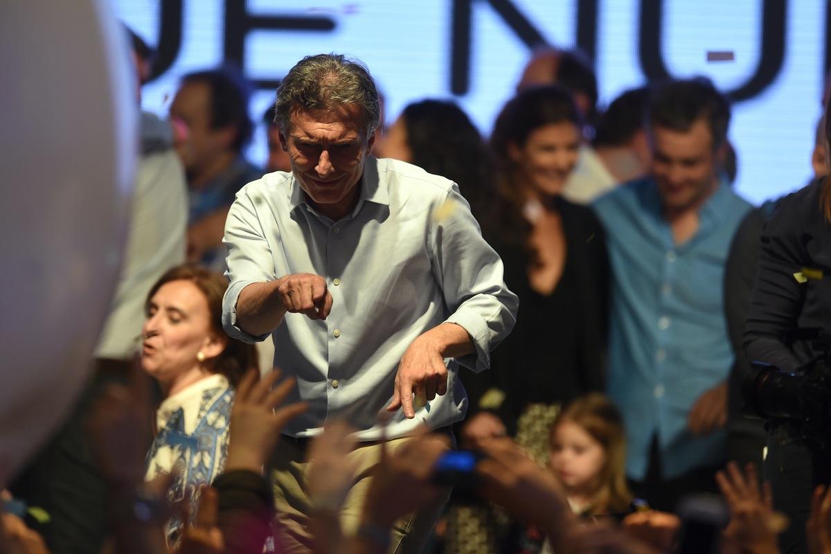 """BUENOS AIRES (ARGENTINA), 25/10/2015.- El candidato a la presidencia de Argentina por Cambiemos Mauricio Macri celebra frente a seguidores hoy, domingo 25 de octubre de 2015, en la ciudad de Buenos Aires (Argentina). """"Lo que ha sucedido el día de hoy, cambia la política de este país"""", afirmó Mauricio Macri, en alusión a la segunda vuelta para la elección presidencial. """"Tengo mucha emoción, mucha felicidad. A uno le dan ganas de agradecer. Lo que ha sucedido el día de hoy, cambia la política de este país"""", dijo Macri, que hoy quedó segundo en la elección a la Presidencia, según los sondeos de boca de urna y a falta de resultados oficiales provisionales. EFE/Juan Ignacio Roncoroni"""