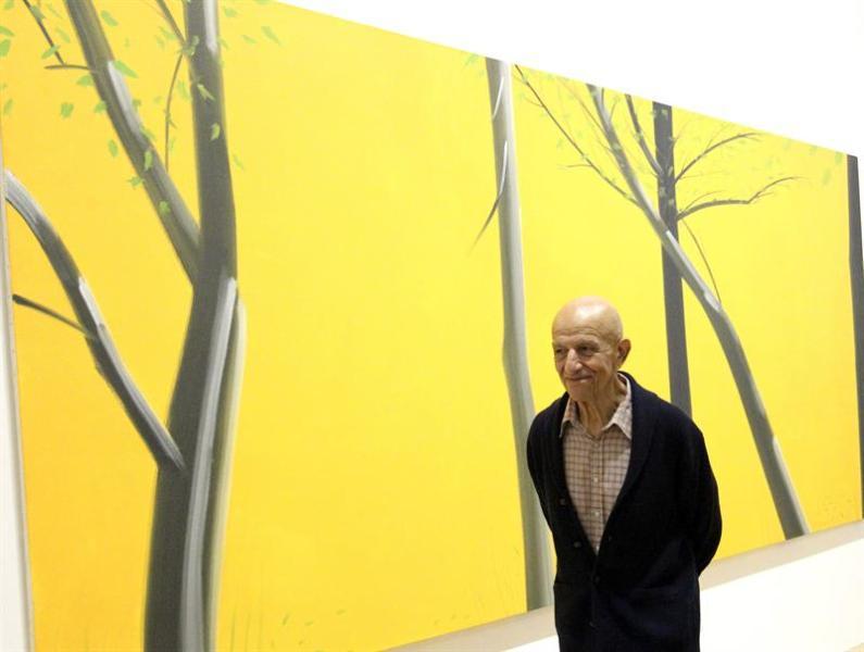 """El artista Alex Katz, ante uno de sus cuadros en el Museo Guggenheim Bilbao, donde se abre la exposición """"Alex Katz. Aquí y ahora"""", que explora el desarrollo del paisaje en el último cuarto de siglo de la obra del pintor y escultor figurativo neoyorquino, considerado uno de los padres del """"arte pop"""" norteamericano. EFE/Luis Tejido"""