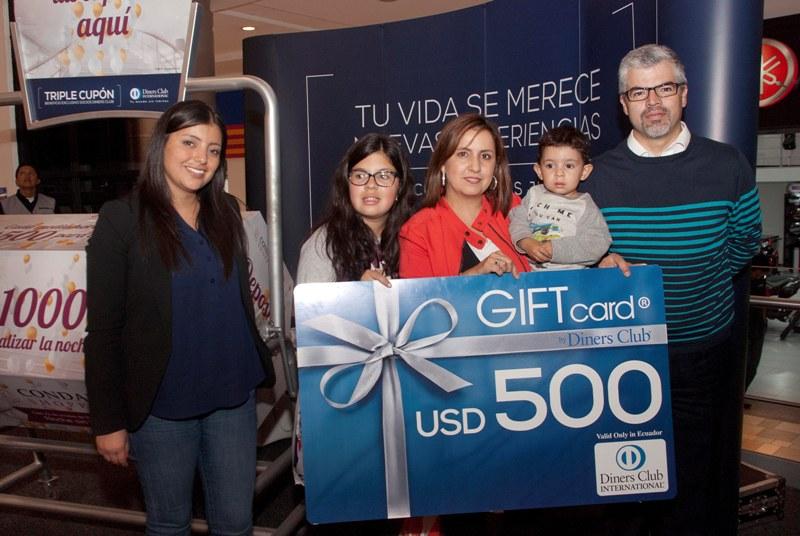 Raquel Abarca (Directora de Publicidad), Ariana Ramírez, Ivonne Bello (Ganadora gift card $500), Matías Ramírez, Jaime Ramírez.
